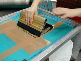 Siebdruck Rakel strecht über die Siebdruckschablone