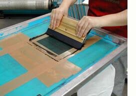 Rakel im Einsatz beim Siebdruckverfahren
